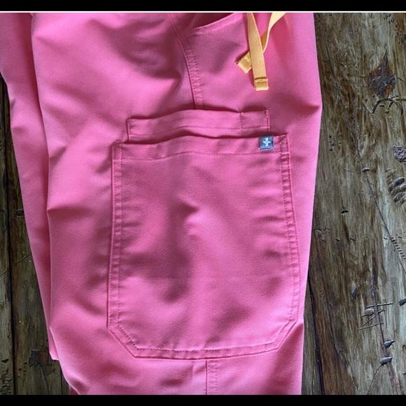 Pink Figs Kade Cargo scrub pant, size XS-T